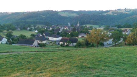 Vue sur le bourg et lotissement des Sources